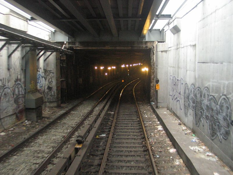 Williamsburg Bridge / Approach to Essex St (J). Photo taken by Brian Weinberg, 1/3/2005.