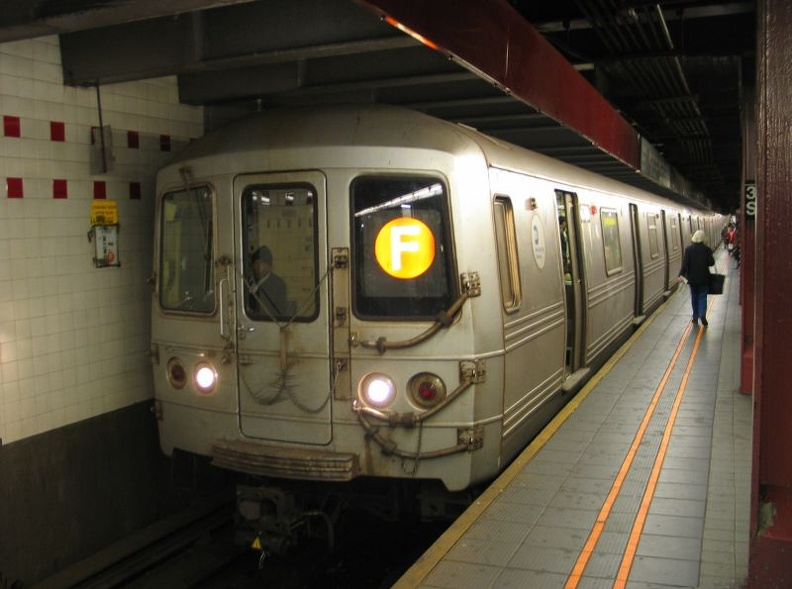 R-46 5760 @ 34 St - Herald Square (F). Photo taken by Brian Weinberg, 1/3/2005.