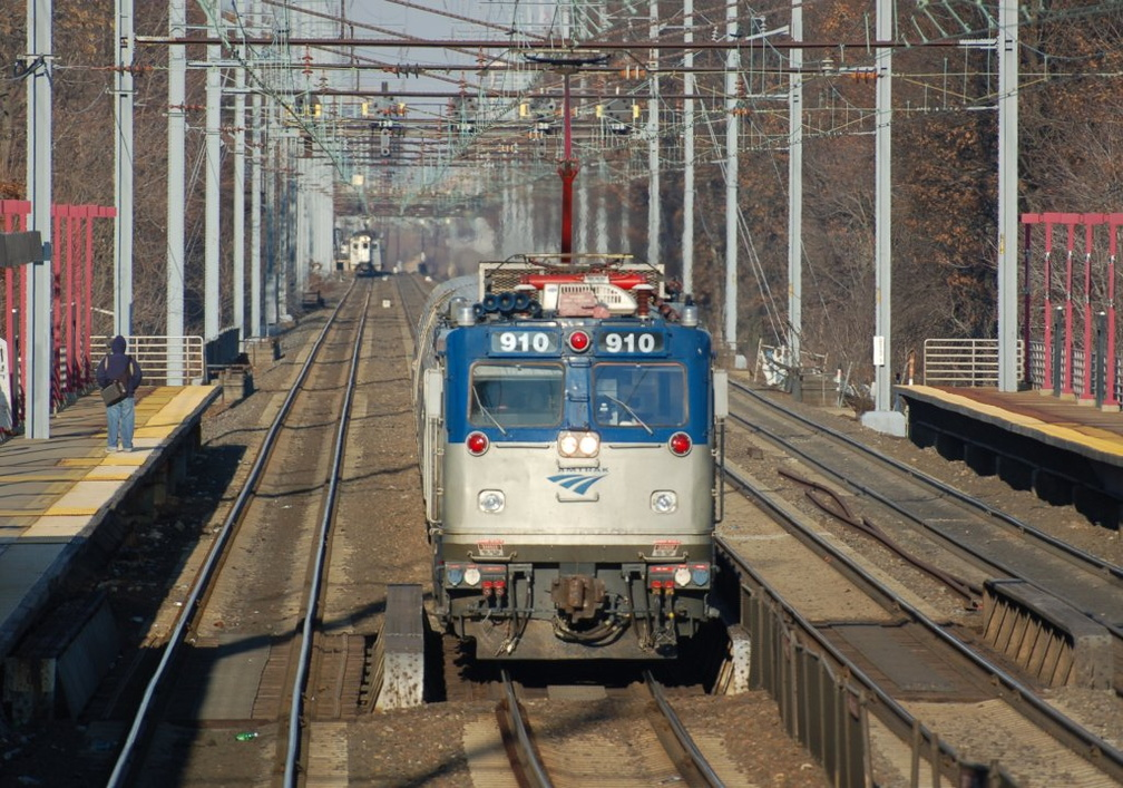 Amtrak AEM-7AC 910 @ Elizabeth, NJ. Photo taken by Brian Weinberg, 12/18/2005.