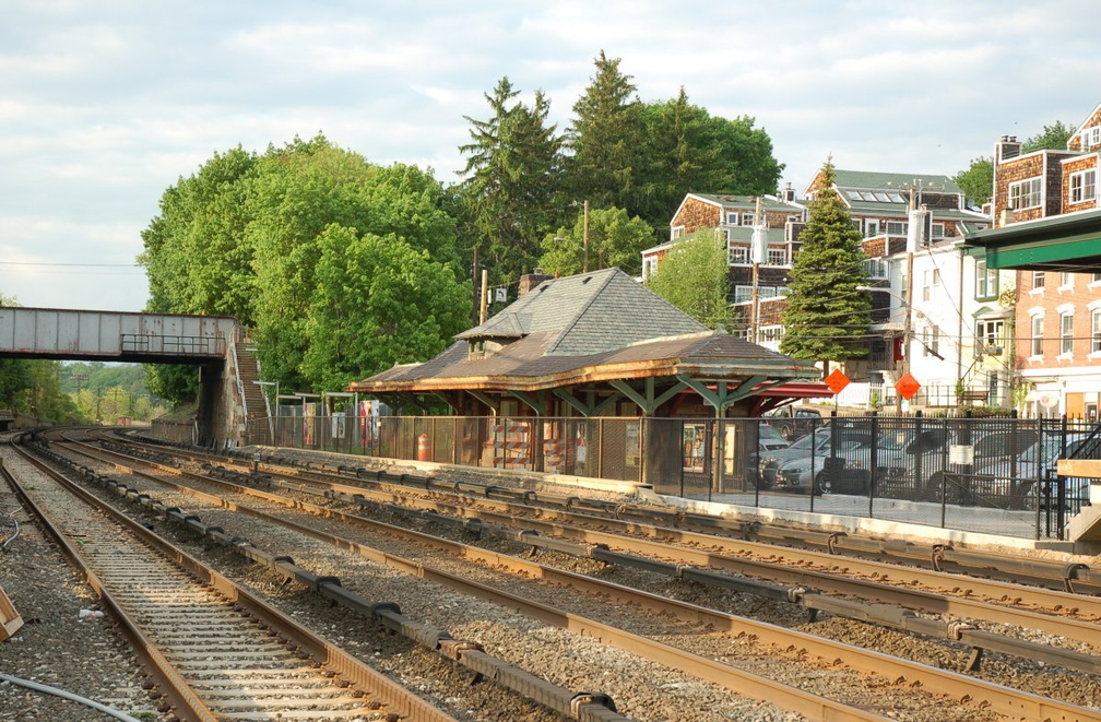 Old low-level northbound platform and station house @ Irvington (MNCR Hudson Line). Photo taken by Brian Weinberg, 5/17/2007.